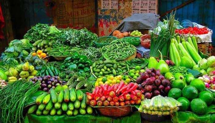 After onion now vegetable prices high tomatoes reached Rs 60 kg sn | प्याज  के बाद अब हरी सब्जियों के बढ़े भाव, टमाटर हुआ लाल और मिर्च हुई तीखी