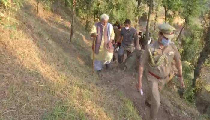 जम्मू-कश्मीर: 4 KM पैदल चलकर पहाड़ी गांव में पहुंचे उपराज्यपाल मनोज सिन्हा