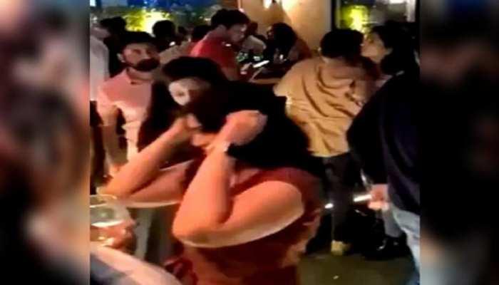 हैदराबाद: पब में पार्टी करते लोगों ने तोड़ी कोविड-19 गाइडलाइंस, वीडियो वायरल