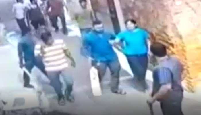 सड़क के विवाद को लेकर लाठी-डंडे से लैस युवकों ने मचाया उत्पात, मारपीट सीसीटीवी में कैद