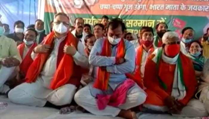 विजय बघेल का अनशन 5 दिन बाद खत्म, पूर्व CM ने जूस पिलाकर तोड़ा