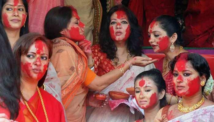 विजयादशी पर बंगाल में क्यों होती है सिंदूर खेला की रस्म? जानें क्या है धुनुची डांस का महत्व