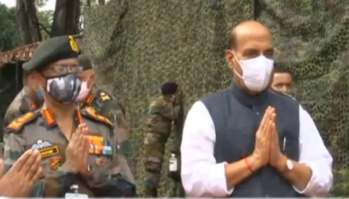 रक्षा मंत्री राजनाथ सिंह ने किया शस्त्र पूजन, जवानों के साथ मनाया विजयदशमी का पर्व