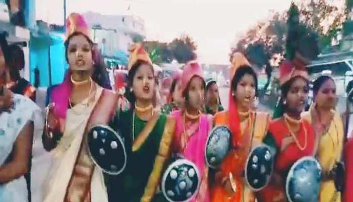सांवेर में सिंधिया का हुआ अनोखा विरोध, सड़कों पर उतरी झांसी की रानी