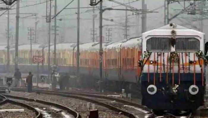 नियमित ट्रेनों में अगर नहीं मिल रहा टिकट तो त्यौहारी स्पेशल ट्रेन में बुक करें टिकट