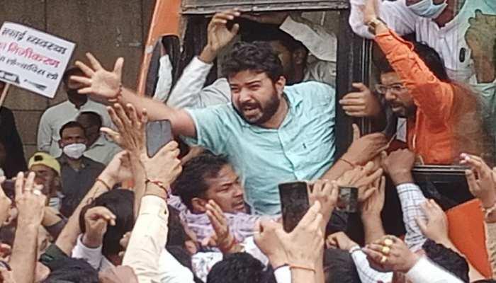 सफाई कार्य को निजी हाथों में देने वाले कानून के खिलाफ AAP का विरोध प्रदर्शन