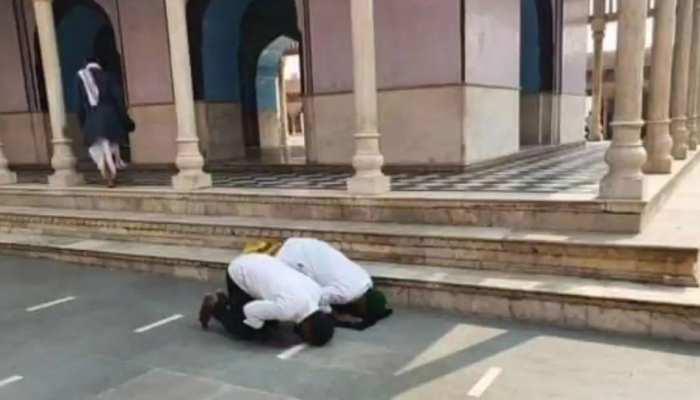 मथुरा के नंदबाबा मंदिर में दो लोगों ने पढ़ी नमाज़, हिंदू संस्थाओं में नाराज़गी, FIR दर्ज