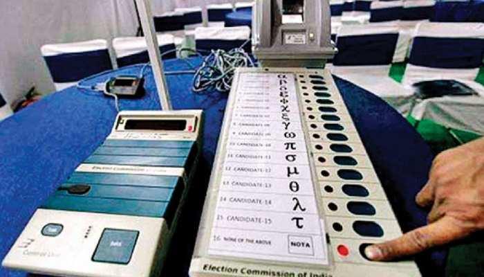 पटना साहिब: दूसरे चरण के लिए EVM और VVPAT के साथ केंद्र पर पहुंचे मतदान-सुरक्षाकर्मी