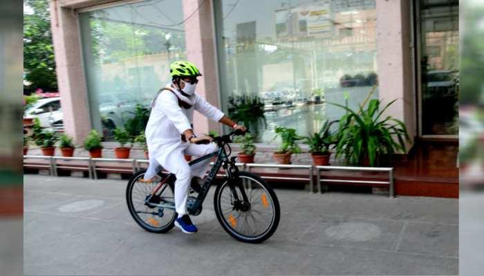 UP के ऊर्जा मंत्री ने चलाई Pollution Free- Fit UP मुहिम, साइकिल से पहुंचे दफ्तर