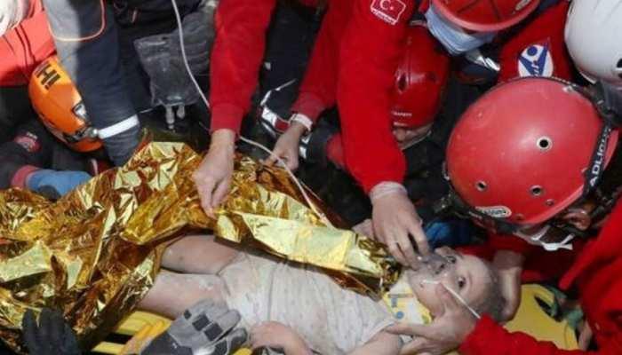 तुर्की में 65 घंटे बाद मलबे से जिंदा निकली बच्ची, लोग बोले- 'चमत्कार'