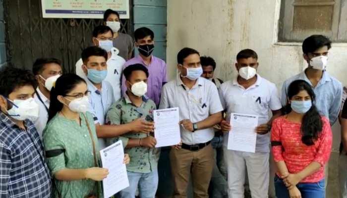 डूंगरपुर: अस्पताल के पौने 300 कर्मचारियों ने किया प्रदर्शन, कार्य बहिष्कार की दी चेतावनी