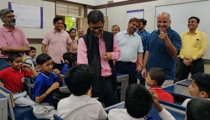 सिसोदिया बने 'हैप्पीनेस क्लास' के छात्र, दिल्ली के सरकारी स्कूल के विद्यार्थी बने शिक्षक