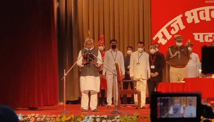 बिहार: 7वीं बार मुख्यमंत्री बने नीतीश कुमार, 2 डिप्टी CM समेत 12 ने ली मंत्री पद की शपथ