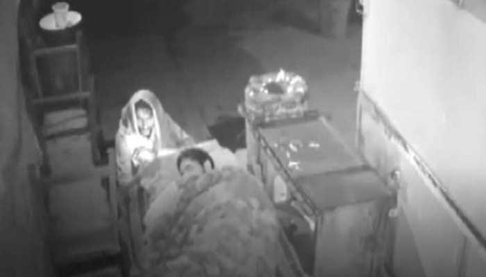 सो रहे व्यक्ति के पलंग पर लगाई आग, सीसीटीवी में कैद हुई पूरी घटना
