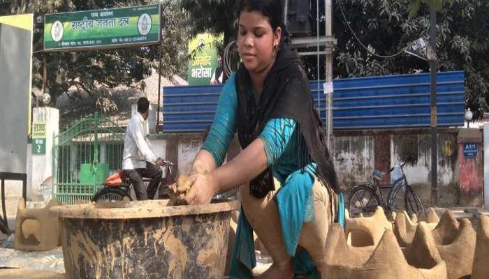 बिहार: 15 साल की मुस्कान पेश कर रही मिसाल, छठ के लिए तैयार कर रही चूल्हा