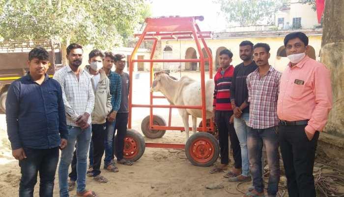 गौ रक्षक दल ने पेश की मिसाल, जेब खर्च बचा कर 25 हजार रुपए की मशीन खरीदी