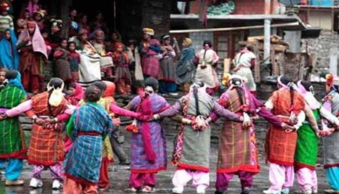 भारत के इस गांव में है अजीबोगरीब प्रथा, कई दिनों तक बिना कपड़ों के रहती हैं महिलाएं