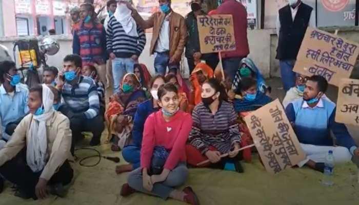 7वीं की छात्रा ने भ्रष्टाचार को लेकर प्रधान के खिलाफ खोला मोर्चा, ग्रामीणों संग बैठी धरने पर