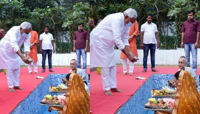 छठ पूजा: नीतीश कुमार ने डूबते सूर्य को दिया अर्घ्य, CM आवास में मनाया जा रहा महापर्व
