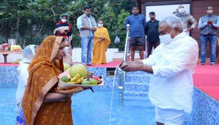 सीएम नीतीश कुमार ने दिया उगते सूर्य को अर्घ्य, राज्य के सुख-शांति की प्रार्थना की