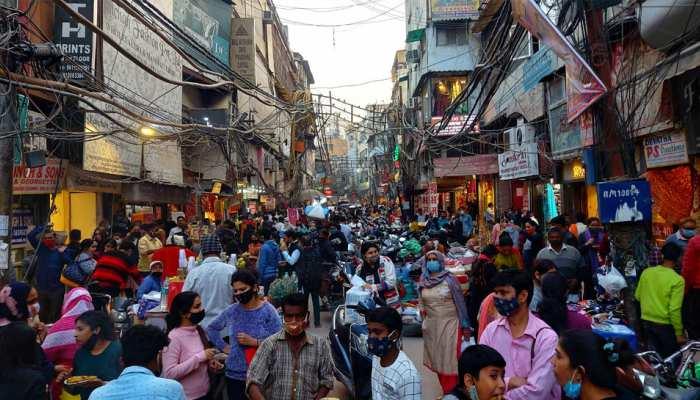 PICS: कोरोना की तीसरी लहर के बावजूद बेखौफ दिखे दिल्लीवासी, चांदनी चौक में दिखा ऐसा नजारा