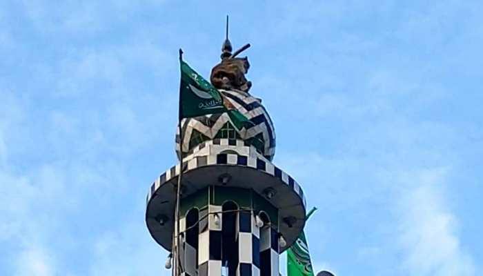 मस्जिद की मीनार पर बंदर ने 3 दिन से ले रखी है पनाह, लाख कोशिशों के बावजूद उतरने को नहीं तैयार