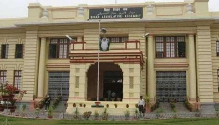 पटना: भाकपा और माकपा विधायकों ने विधानसभा में किया प्रदर्शन, जमकर की नारेबाजी