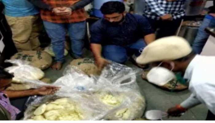 दावत में मावे के लड्डू खाकर 100 लोग पहुंचे हॉस्पिटल, अब मावा विक्रेता को ढूंढ रही पुलिस