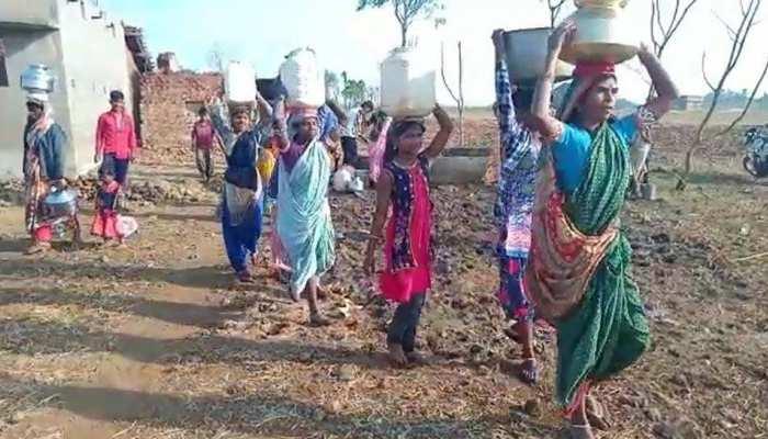 मटमैले पानी के लिए हैरान जिंदगानी, रात 3 बजे से कतार, 3 KM का रास्ता करना है पार
