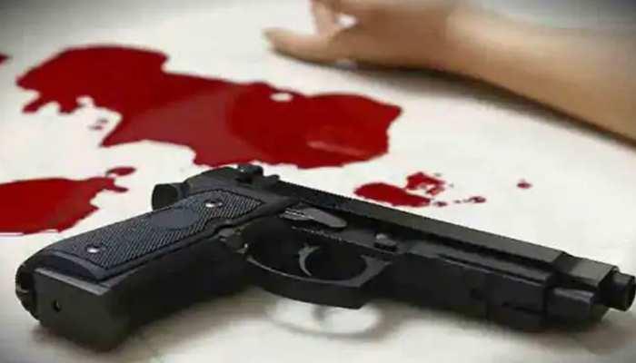 बहू पर रखता था गंदी नजर, बेटे ने किया विरोध तो पिता ने मारी गोली
