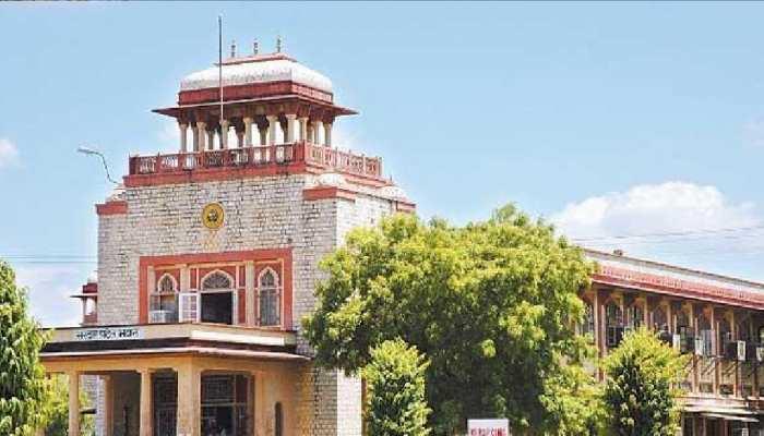 Rajasthan University की खामियों का खामियाजा भुगत रहे Students, लगा रहे Campus के चक्कर