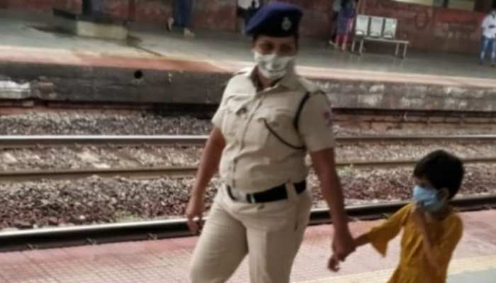 Thane में RPF जवानों की बहादुरी, मां-बेटी को ट्रेन के नीचे आने से बचाया