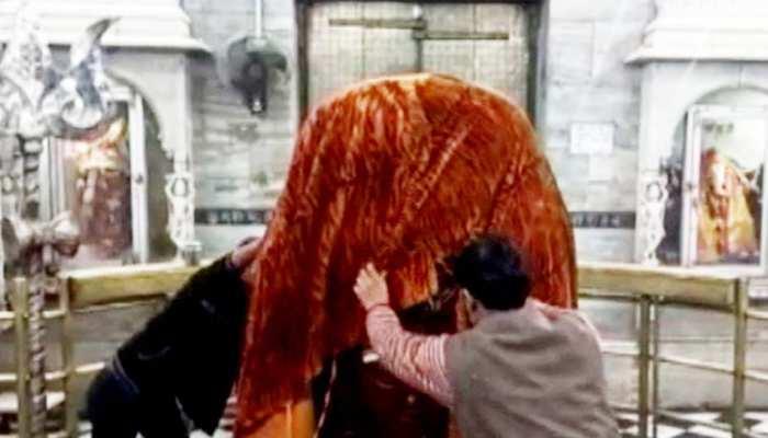 ठंड से ठिठुरे भगवान, पशुपतिनाथ की अष्टमुखी प्रतिमा को ओढ़ाया कंबल