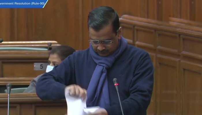 खेती कानून पर दिल्ली असेंबली में हंगामा, CM केजरीवाल ने फाड़ी कानून की कॉपी