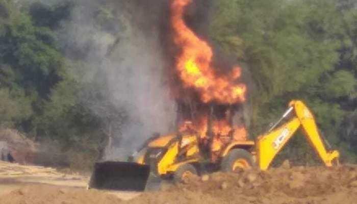 माओवादियों ने JCB को किया आग के हवाले, एक हफ्ते में जला चुके हैं 9 गाड़ियां
