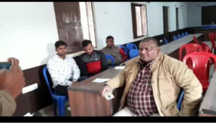 बगहा में सरकारी कर्मचारियों के साथ दुर्व्यवहार, फाइल छीन कर फाड़ने की हुई कोशिश