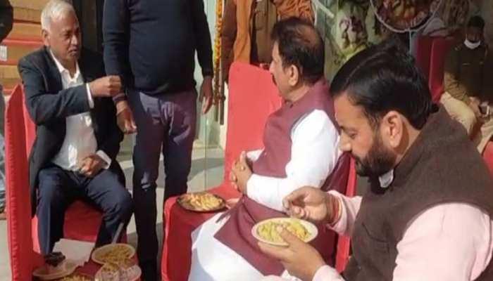 बीजेपी सांसद और विधायक खाना खाने के बाद उपवास में हुए शामिल! वायरल वीडियो में दावा