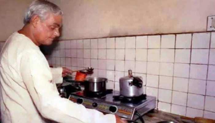 जब अटल जी ने हल्के नाश्ते में बनवाए प्याज के पकौड़े, बोले- जो तेल पर तैरे उससे हल्का क्या होगा