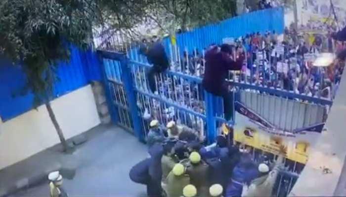 BJP कार्यकर्ताओं का Delhi Jal Board के बाहर प्रदर्शन, गेट फांदकर की अंदर घुसने की कोशिश; CCTV से खुलासा