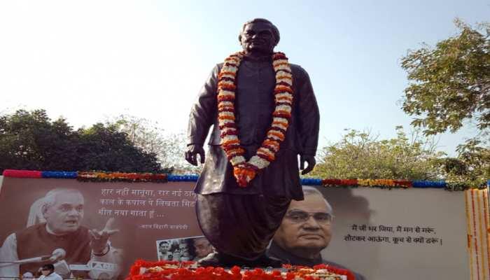 CM शिवराज ने किया 12 फीट ऊंची अटलजी की प्रतिमा का अनावरण, कहा-यह MP का गौरव है कि अटल बिहारी वाजपेयी इसी प्रदेश के थे