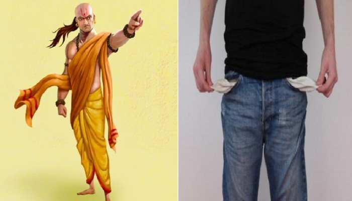 Chanakya Niti: अभी छोड़ दें ये 4 गंदी आदतें, नहीं तो मां लक्ष्मी कर देगी कंगाल