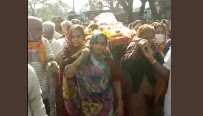 अनूठी अंतिम यात्राः महिला की अर्थी को 10 बेटियों ने दिया कंधा, जिसने भी देखा हैरान रह गया
