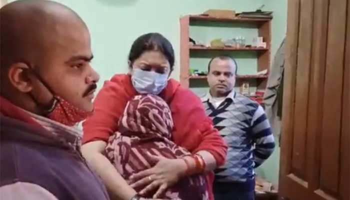 सड़क हादसे में बेटा खोने वाली मां से मिलने पहुंचीं केंद्रीय मंत्री Smriti Irani, फोटो देख हो जाएंगे भावुक