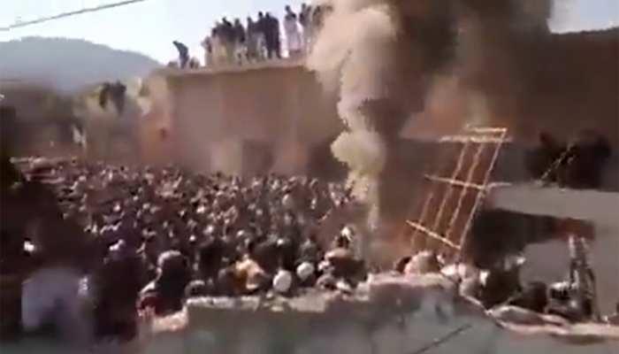 Pakistan में मौलवियों के नेतृत्व में बेकाबू भीड़ ने ऐतिहासिक Hindu Temple पर किया हमला, लगाई आग