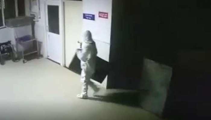 कोरोना के डर से पीपीई किट पहनकर कोविड वार्ड में घुसा चोर, एलईडी टीवी उठा ले गया