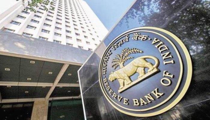 दो सहकारी बैंकों में RBI को मिली गड़बड़ी! लगा 7 लाख रुपये का जुर्माना, क्या ग्राहकों पर पड़ेगा असर?