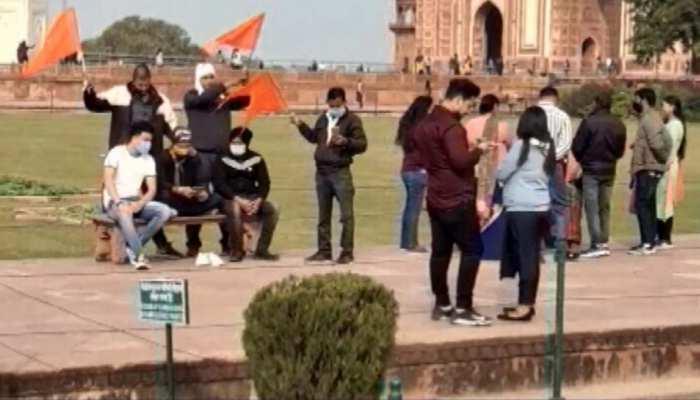 ताजमहल परिसर में घुसे हिंदूवादी नेता, जय श्रीराम बोलकर लहरा दिया भगवा झंडा