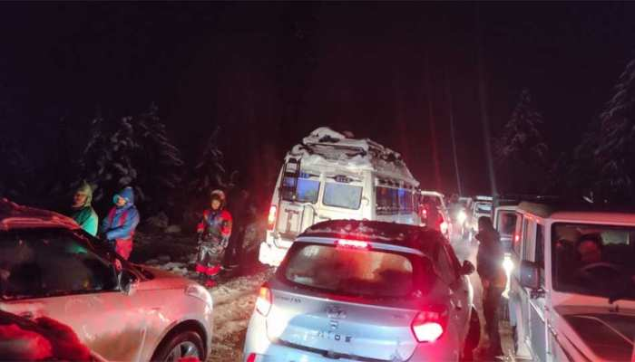 Himachal Pradesh: Due to heavy snowfall, hundreds of tourists are stranded on NH-3 between Solang Nala and Manali