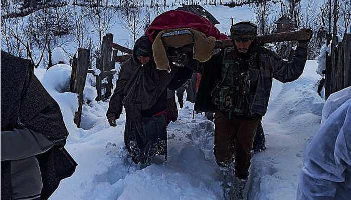 गर्भवती महिला के लिए फरिश्ते बने फौजी, भारी बर्फबारी में 2KM पैदल चलकर पहुंचाया अस्पताल