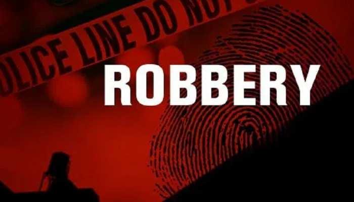 बिहार: दिनदहाड़े बाइक सवार बदमाशों ने महिला से लूटे डेढ़ लाख रुपए, CCTV में कैद हुई घटना